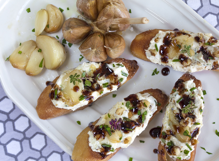 A wonderful spread with roasted garlic cloves for a mellow touch. Add some zest with the balsamic-honey drizzle